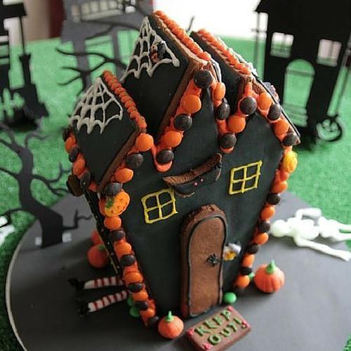 A Spooky Hallowe'en Gingerbread Witch's House