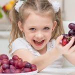 kids-eating-grapes